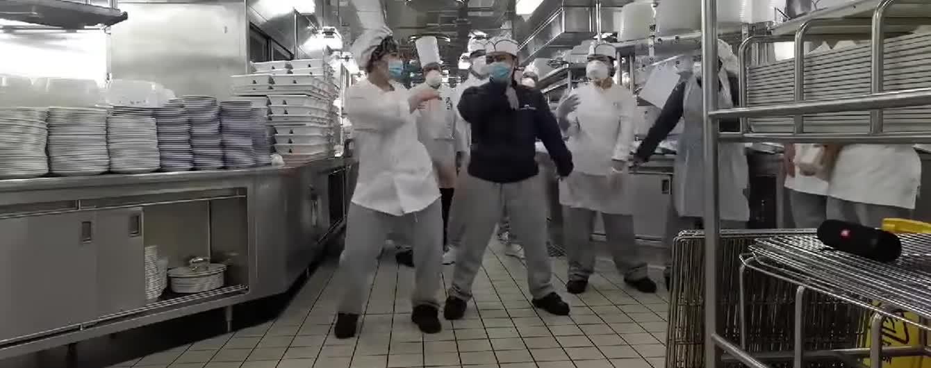 Танцы на Diamond Princess: повара поделились видео, как живут на карантине на круизном лайнере