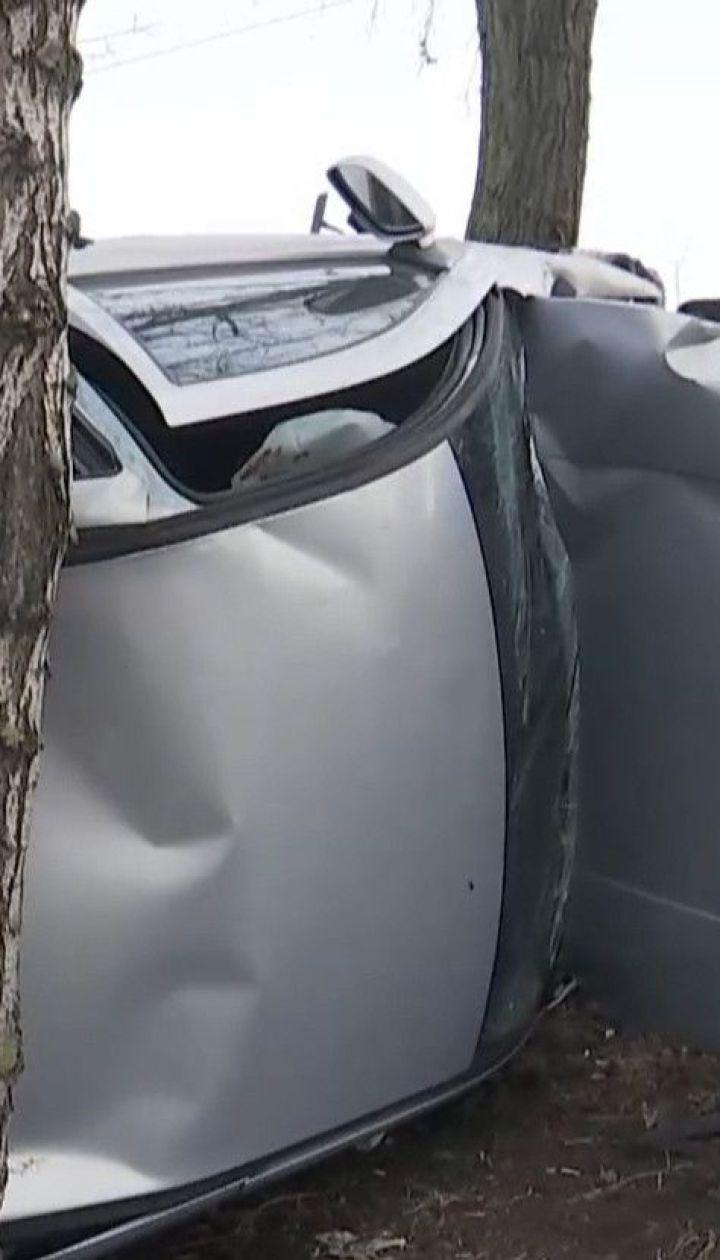"""На столичних """"Березняках"""" внаслідок ДТП авто ледь не опинилося в озері"""