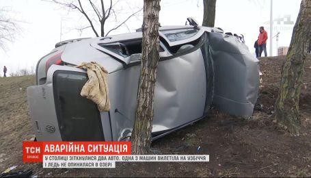 """На столичных """"Березняках"""" в результате ДТП авто едва не оказалось в озере"""