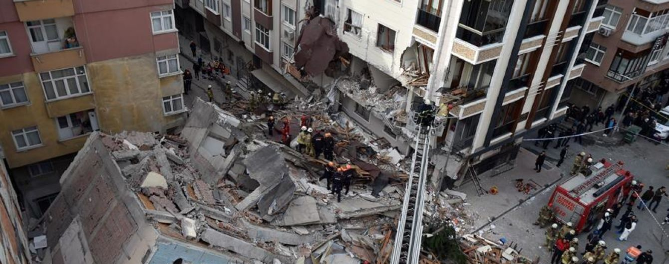 У Стамбулі обвалився семиповерховий будинок