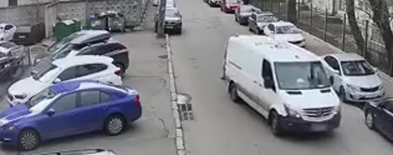 """""""Напишіть, хто ж винний"""": патрульні поділилися відеозаписом наїзду на пішохода у Києві"""