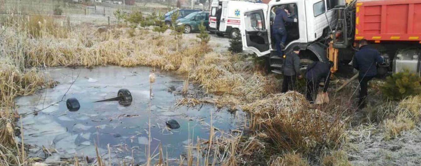 Во Львовской области из пруда достали автомобиль с четырьмя телами