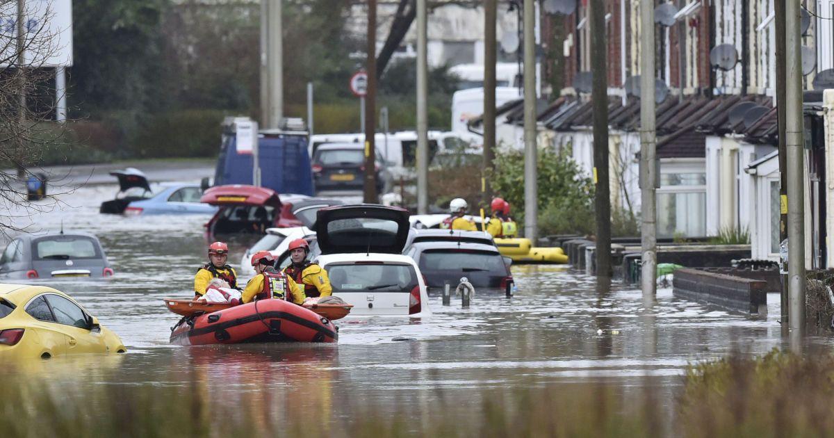 """Ветром сносит самолеты и корабли. Британию накрыл мощнейший ураган """"Деннис"""""""
