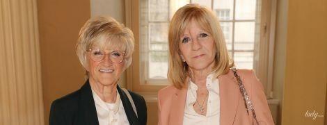 Какие стильные: мама и свекровь Виктории Бекхэм на показе дизайнера в Лондоне