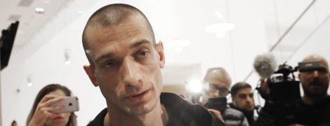 Інтимне відео, політичний порноресурс та бійка. У Парижі затримали російського художника Павленського та його подругу
