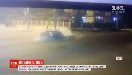 Четыре человека получили травмы в результате столкновения двух авто на перекрестке во Львове