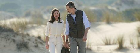 Красивые и расслабленные: королева Летиция и король Филипп VI были запечатлены на прогулке в парке