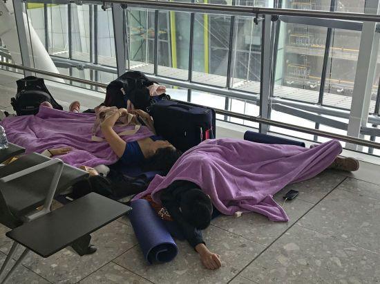 Розклад довелося писати на дошках. В найбільшому аеропорту Європи через збій скасували сотні рейсів