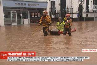 """Через шторм """"Денніс"""" у Великій Британії загинуло щонайменше троє людей"""