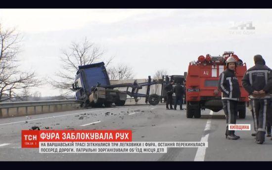 На Київщині два легковики зіткнулися з фурою