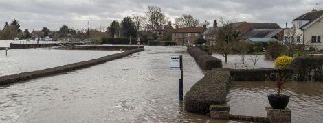 """В Британии бушует ураган """"Деннис"""": погибли по меньшей мере трое людей"""