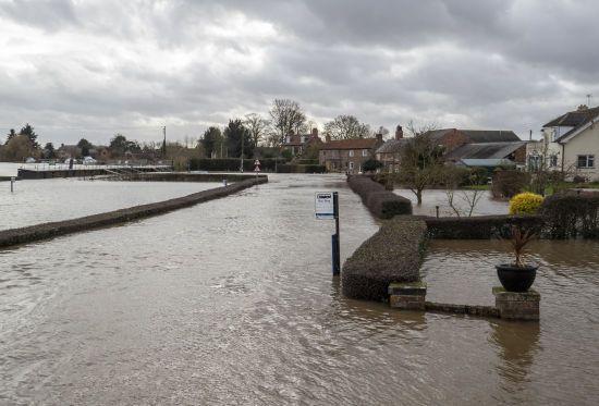 """У Британії вирує ураган """"Денніс"""": загинуло щонайменше троє людей"""