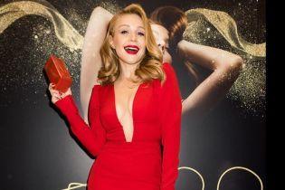 Lady in red: Тина Кароль в платье с откровенным декольте провела автограф-сессии во Львове