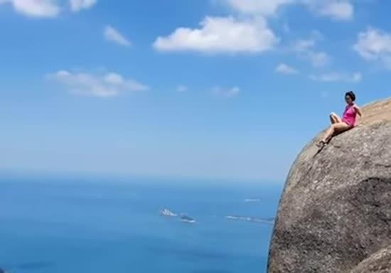 У Ріо-де-Жанейро екстремалка вразила роликом з кілометрової кручі, якою ковзає донизу