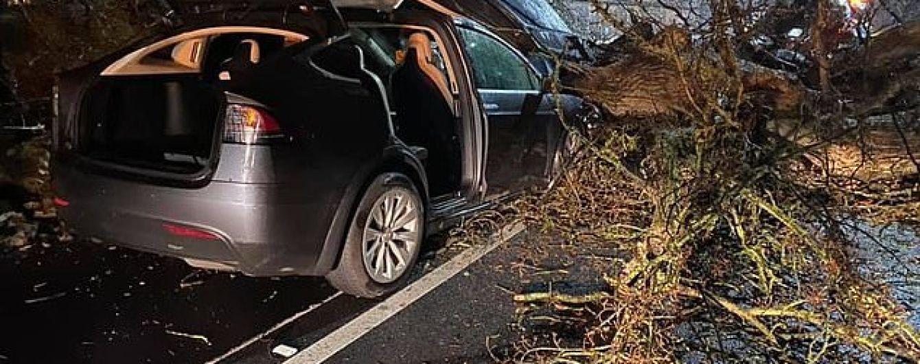 """Автопилот Tesla спас жизнь семье британцев во время урагана """"Деннис"""""""