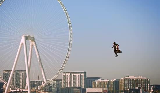 Француз вразив унікальним польотом на джетпаку над хмарочосами Дубая