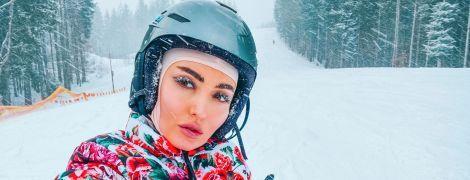 В цветочном костюме и с родителями: Анна Добрыднева рассказала, как отдохнула на горнолыжном курорте
