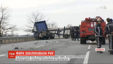 На Варшавской трассе столкнулись три легковушки и фура