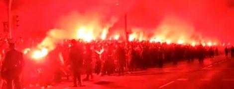 """Фаєр-шоу у Мадриді. Фанати """"Атлетіко"""" вогняним коридором зустріли команду перед матчем з """"Ліверпулем"""""""