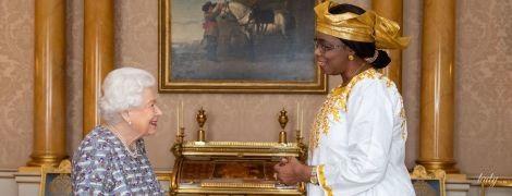 Ах, какая красавица: королева Елизавета II продемонстрировала аутфит в новом платье
