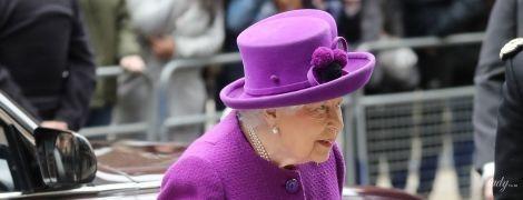 В фиолетовом пальто и шляпе с помпонами: яркая королева Елизавета II на мероприятии в Лондоне