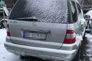 У Києві чоловік викрав авто за допомогою евакуатора, під час обшуків у злодія виявили арсенал зброї