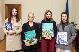 В бордовых брюках и с книгой в руках: новый стильный аутфит Елены Зеленской