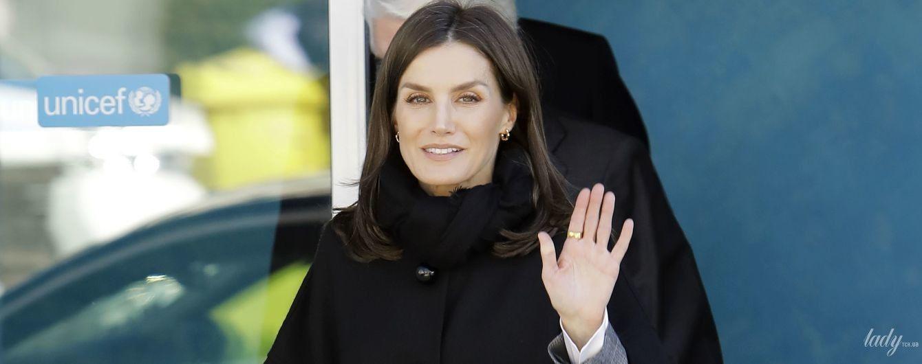 В клетчатом костюме и пальто с накладными карманами: стильная королева Летиция на улицах Мадрида