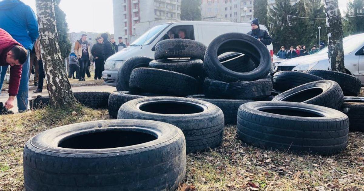 Во Львовской области заблокировали въезды в госпиталь, куда могут привезти на карантин украинцев из Китая