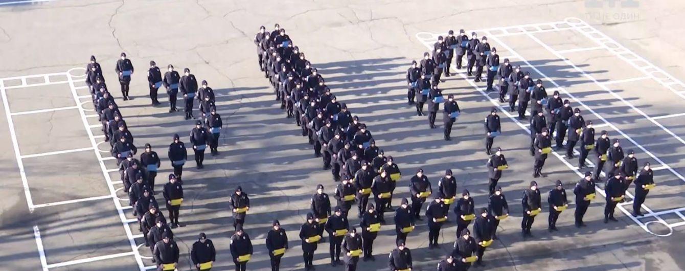 В Днепре и Одессе курсанты отметили День герба зрелищным флешмобом