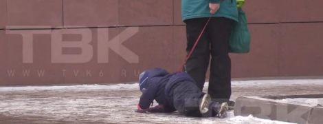 В РФ сняли на видео жестокую бабушку, которая тянет по асфальту ребенка на поводке