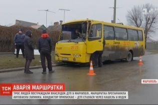 В Мариуполе маршрутка влетела в остановку с людьми