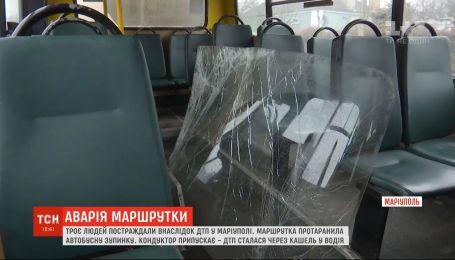Маршрутка в'їхала у автобусну зупинку в Маріуполі: постраждали 3 людини