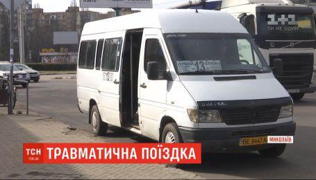 Пенсіонерка випала із маршрутки у Миколаєві та зазнала травми: очевидці винуватять водія