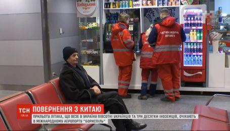 Самолет с украинцами из Китая кружит над Харьковской областью