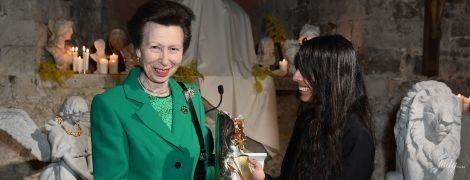 В изумрудном костюме: красивая принцесса Анна на Лондонской неделе моды