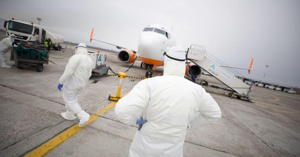 У Харкові евакуйовані з Уханя пасажири зійшли з борту - їх вже оформили прикордонники