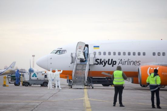 Літак з евакуйованими українцями приземлився у Харкові