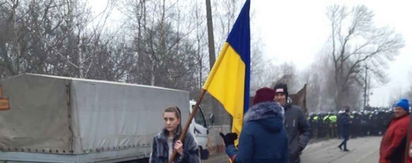 Будем ложиться под колеса: люди перекрыли дорогу в Полтавской области, куда должны привезти украинцев с Китая