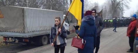 Будемо лягати під колеса: люди перекрили дорогу у Полтавській області, куди мають привезти українців з Китаю
