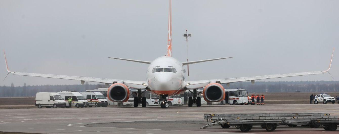 Україна шукає осіб, які сиділи в літаку поруч із зараженим коронавірусом чоловіком