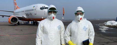 Появились фото из аэропорта Харькова, где высадили из самолета эвакуированных из Китая украинцев и иностранцев