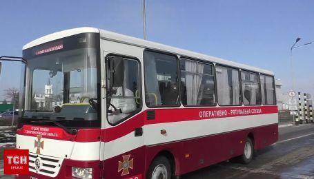 Пассажиров самолета из Уханя в сопровождении правоохранителей вывезли из аэропорта Харькова