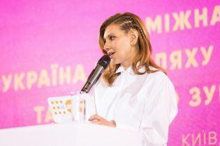 В белой блузе и с интересной прической: Елена Зеленская выступила на форуме
