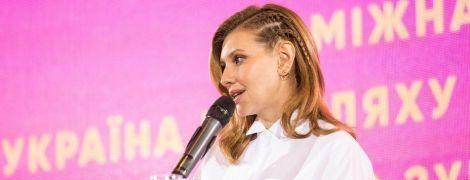 У білій блузі і з цікавою зачіскою: Олена Зеленська виступила на форумі