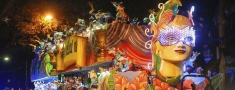 Странные персонажи и зажигательные танцы копа: как прошел яркий парад Марди Гра в США