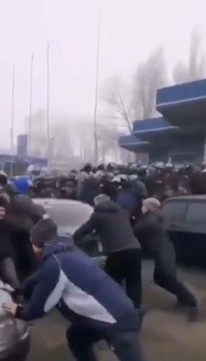 Волна протестов прокатилась по всем регионам, где со страхом ожидали прибытия людей из Китая
