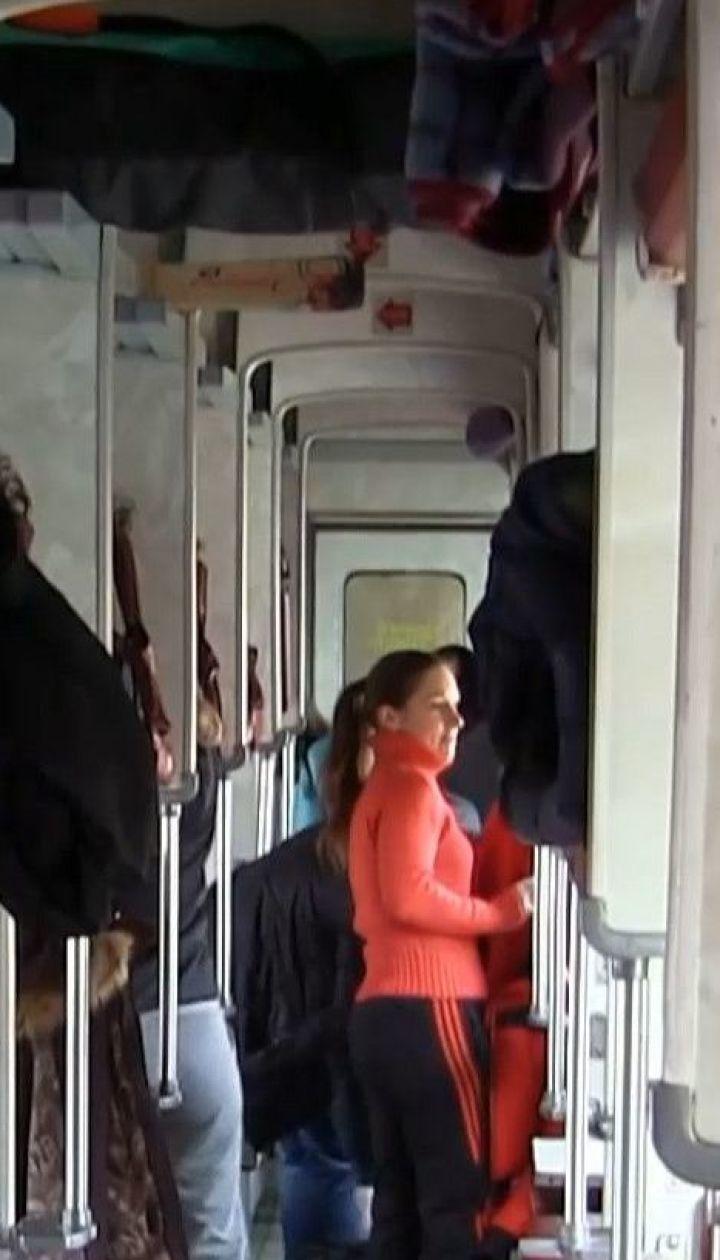 """У поїзді """"Київ-Бердянськ"""" на пенсіонерку впала верхня полиця разом із пасажиром"""