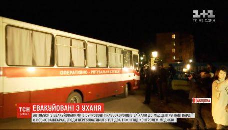 Автобусы с эвакуированными в сопровождении правоохранителей заехали в медцентр в Новых Санжарах