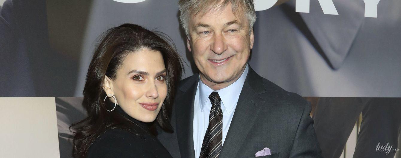В пальто и с сумкой Louis Vuitton: Хилария Болдуин с мужем посетила бродвейскую премьеру